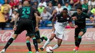 Luis Quiñones conduce el balón en el juego Lobos BUAP vs Santos