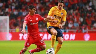 Fernando Torres, disputando el balón en el partido contra Toluca