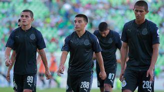 Futbolistas de Chivas salen cabizbajos del terreno de juego