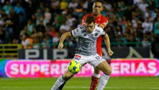 Boselli cubre el balón en un juego contra Toluca