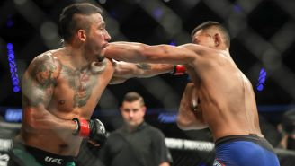 Alejandro Pérez (izq) golpea a Andre Soukhamthath