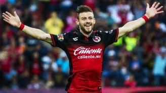 Paul Arriola festeja un gol con Xolos