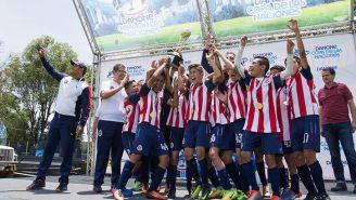 Los jugadores de Chivas festejan con el título