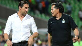 Amato, en charla con Benjamín Galindo tras el juego entre Chivas y Santos