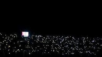 El Alfonso Lastras, iluminado por los celulares de la afición