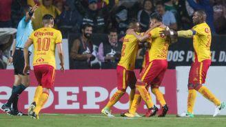 Los jugadores de Morelia celebran con Sebastián Vegas el tanto frente a las Águilas