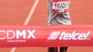 Fikadu Kebede cruza la meta del Maratón de la CDMX