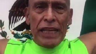 Miguel Vargas posa con la bandera de México tras terminar el Maratón