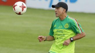 Juan Carlos Osorio domina el balón en un entrenamiento con el Tri