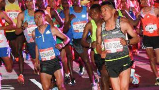 Los corredores saliendo de la meta en el Zócalo Capitalino