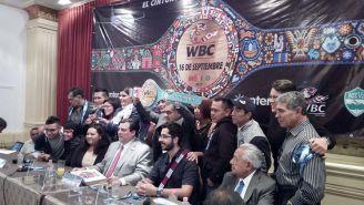 Los excampeones mundiales posan con el Cinturón Huichol