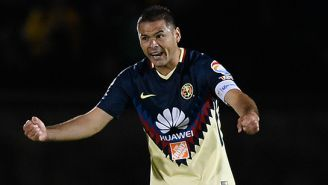 Pablo Aguilar festeja un gol con América