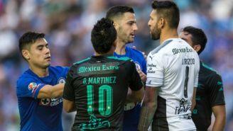 Osvaldo Martínez discute con jugadores de Cruz Azul en el duelo contra Santos