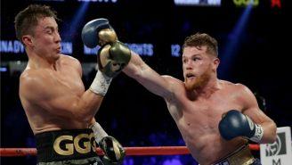 Saúl Álvarez le lanza un golpe a Gennady Golovkin