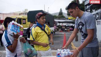 Edson Álvarez recibe los víveres de la gente en Edomex