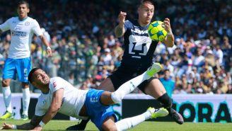 Velázquez y Castillo pelean un balón en un Pumas vs Cruz Azul