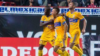 Jugadores de Tigres festejan el gol de Vargas