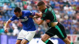 Rodríguez busca hacerse del balón en juego contra Cruz Azul