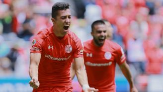 Fernando Uribe celebrando un gol en un juego de Toluca