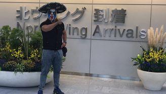 Psycho Clown posa en el aeropuerto de Narita