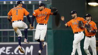 Jugadores de los Astros festejan tras anotar