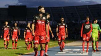 Alejandro Guido camina a los vestidores del estadio de Lobos BUAP