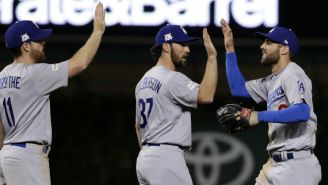 Los jugadores de los Dodgers celebran la victoria en el Juego 3 frente a Cubs