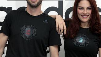 Rafael Ruiz y Delia García posan frente al logo de la marca Adidas