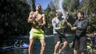 Jonathan Paredes (centro) celebra tras ganar  Red Bull Cliff Diving 2017