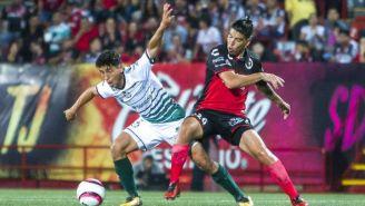 Luis Mendoza disputa un balón en el juego entre Xolos y Santos en el A2017