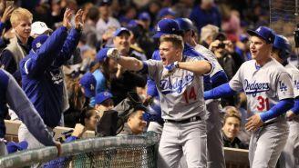 Hernández de Dodgers celebra con sus compañeros tras hacer un jonrón