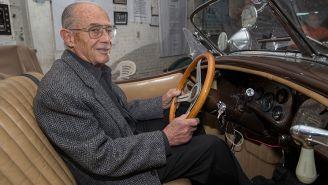 Oscar Fernández en un auto clásico