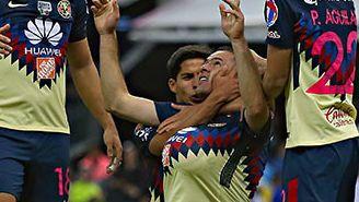 Pablo Aguilar festeja con compañeros el gol