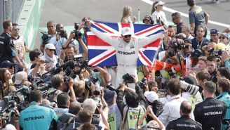 Hamilton  celebra tras ganar el campeonato de F1