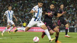 Santos y Pachuca disputan el balón en la Jornada 15