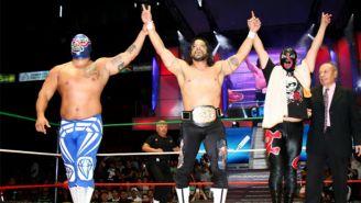 Terrible (centro) festeja su triunfo en la Arena México