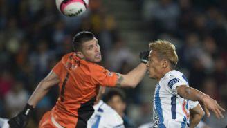 Volpi desvía un balón que intentaba rematar Keisuke Honda