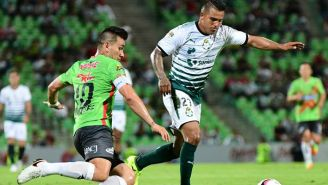 Cortés pelea un balón durante un partido