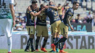 Jugadores de Pumas festejan un gol frente a Santos