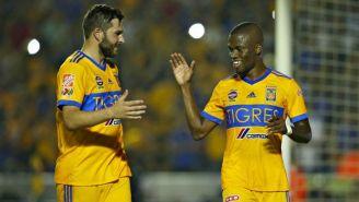 Enner Valencia festeja con Gignac su gol contra Necaxa