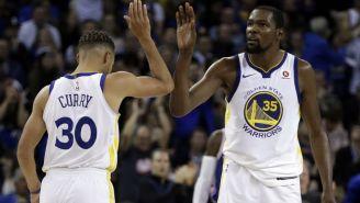 Kevin Durant y Stephen Curry celebrando una anotación