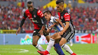 Barreiro y Madueña pelean un balón en el Jalisco