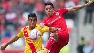 Efraín Velarde compite por el balón contra Monarcas
