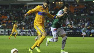 Gignac y Álvaro Ramos disputan el balón en el juego de Ida