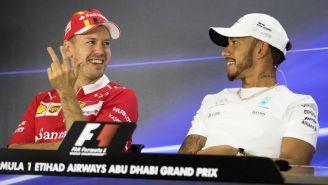 Vettel (i) y Hamilton (d) ofrecen una conferencia en el circuito de Yas Marina