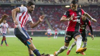 Pizarro y Reyes en partido de Chivas vs Atlas en el A2017