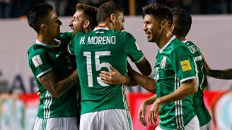 Héctor Herrera celebra su anotación con sus compañeros