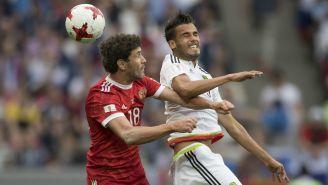 Diego Reyes pelea un esférica con un jugador de Rusia en la Copa Confederaciones