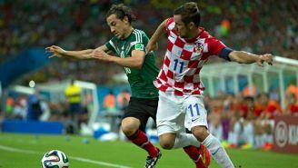 Guardado pelea un balón en el juego frente a Croacia de 2014
