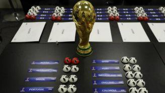 Copa del Mundo con las bolas del sorteo de Mundial de Rusia 2018
